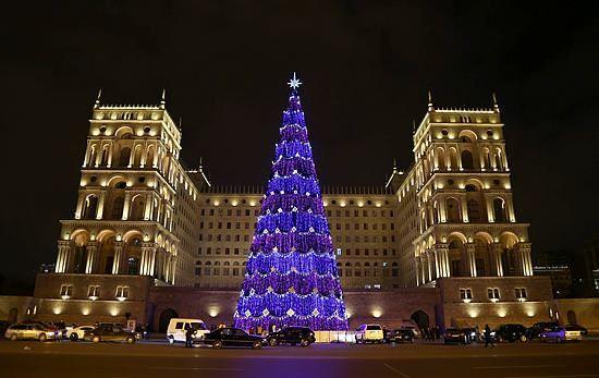 Azerbaycan'ın başkenti Bakü, yeni yıla ışıklarla süslenmiş cadde ve sokaklarda kurulu büyük noel ağaçları etrafında yapılacak kutlamalar ve havai fişek gösterileriyle girecek.