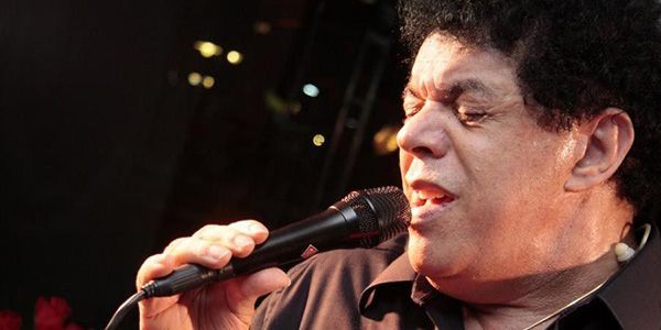 """O rei do brega romântico era conhecido por músicas como """"Fogo e Paixão"""" e por sua imensa coleção de calcinhas, presenteadas por suas fãs. O cantor tinha 66 anos e morreu em Minas Gerais, no dia 22 de janeiro, por causa de uma parada cardíaca."""
