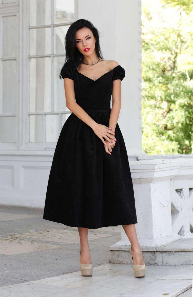 В гардеробе каждой леди должно быть маленькое черное платье. И для каждой оно свое! Выбирай правильную модель по возрасту и типу фигуры, дополняй изящными аксессуарами, и ты — мисс элегантность. 20+ Для юной фигуры подойдет платье А-силуэта. Такая модель отличается элегантным облегающим верхом и расклешенной юбкой. Основной акцент делается на плечи и талию — даже