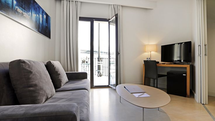 The Junior Suites are spacious rooms of 40m2 that have a separate living room from the rest of the room, with sofa and a fridge, as well as an outdoor terrace overlooking the Raval district of Barcelona. Completely renovated, they offer a private space to relax after a long day of sightseeing and its terrace brings natural light to the room.