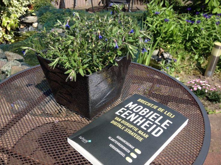 """Leuke reactie van John ontvangen over het boek 'Mobiele Eenheid': """"Heerlijk in de tuin lezen over de wereld van de smartphone, mobiele strategieën van Brechtje de Leij"""". Geniet ervan John. #mobieleeenheid #brechtjedeleij #futurouitgevers"""