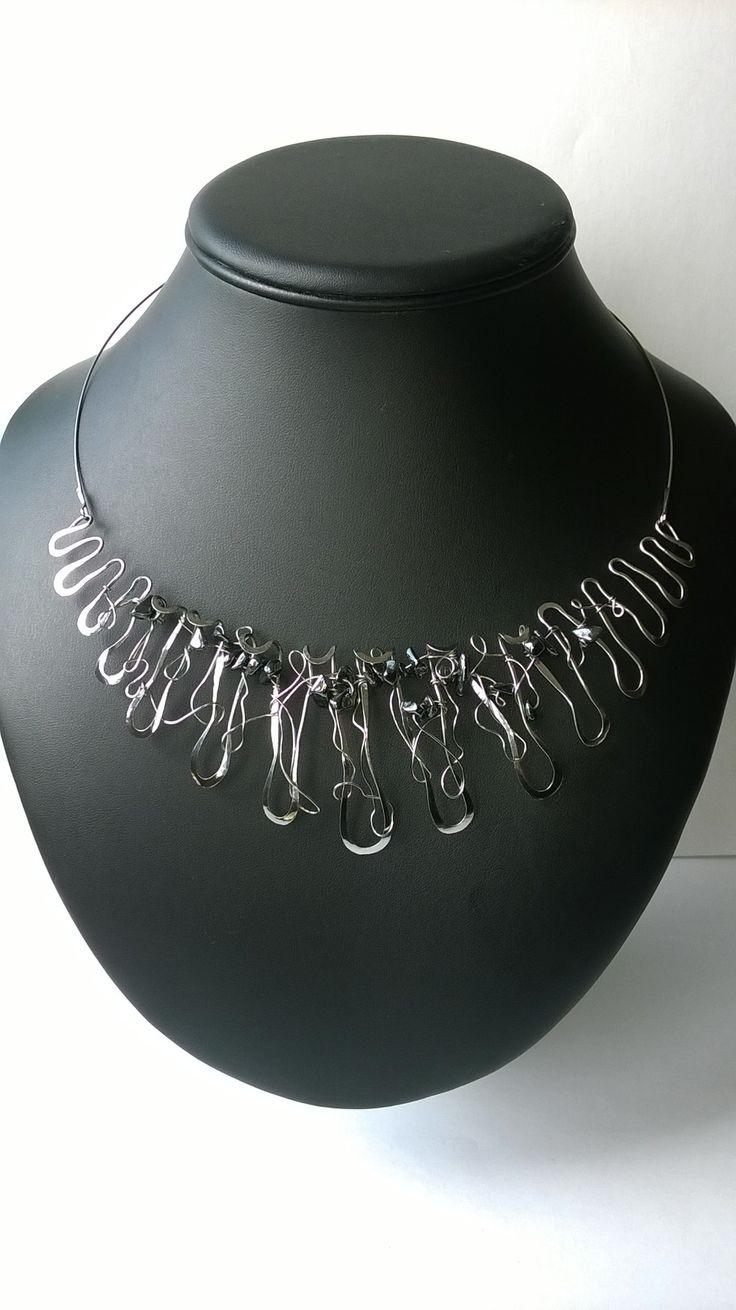 """Náhrdelník+HRD4+""""Kapky+na+zrcadle""""+s+hematitem+Autorský+šperk.+Originál,+který+existují+pouze+vjednom+jediném+exempláři.+Inspirován+kapkami+stékajícími+po+zrcadle+v+koupelně+po+koupeli.+Kompozice+šperku+je+symetrická+s+asymetrickým+rozverným+vplétáním,+kde+jsou+nahodile+zakomponovány+zlomky+hematitu.+Působí+velmi+jemně,+plasticky+a+elegantně.+Celý+prvek+je+precizně..."""