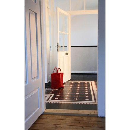 Terrazzoplatten. Elegantes Muster. Randfries aus stilisierten Weinblättern. Muster: 710332 #terrazzoplatte #terrazzo #randfries #weinblätter #vineleaf #leaf #floor #flur #corridor #darkcolors #darktiles #tile #boden viaplatten.de