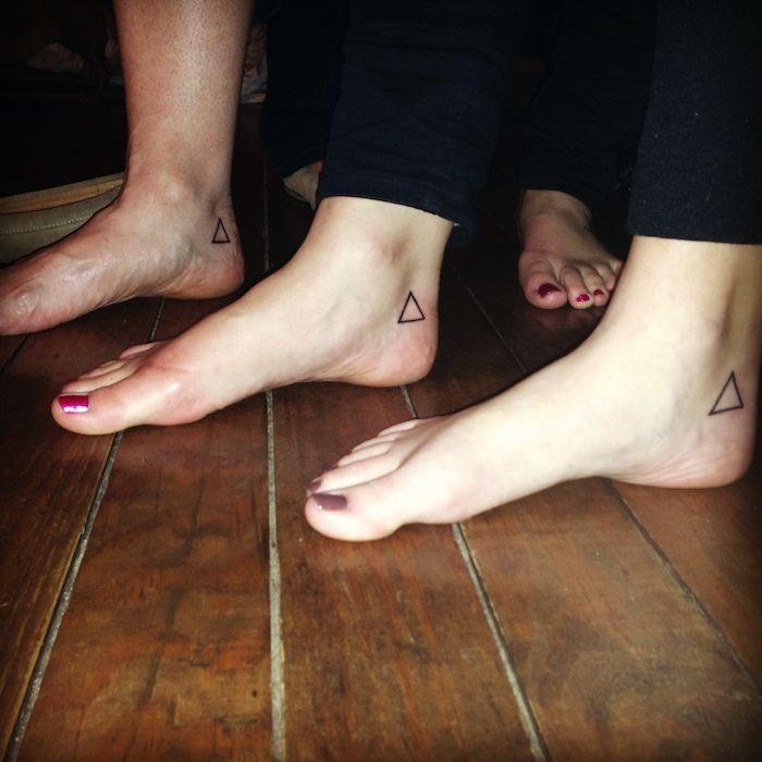 minimalistische Tattoos an den Füßen von Geschwistern   Geschwister Tattoo Motive