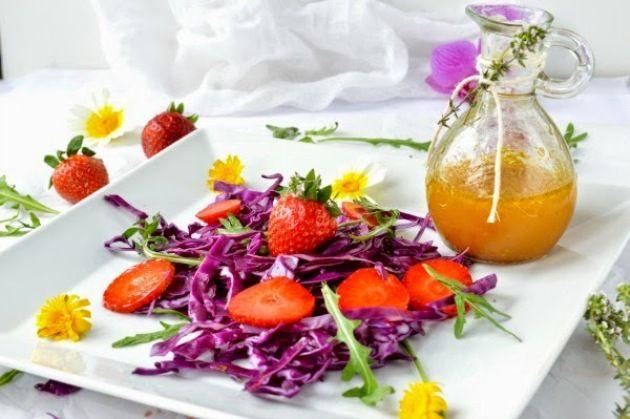 Ensalada de col lombarda, fresas y vinagreta de naranja    De la ensalada: Media col lombarda Rúcula 15 fresas  De la vinagreta*: 1 cucharadita de mostaza a la Antigua Medio vaso de zumo de naranja Sal y pimienta al gusto 3-4 cucharadas de miel de azahar 2 cucharadas de vinagre balsámico blanco 3 cucharadas de AOVE