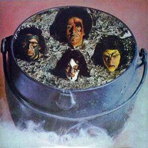 La pochette est hideuse, sorte d'hybride entre la très belle pochette de l'album Secos e Molhados (1973) et les pochettes des vieux Kiss avec leurs peintures sur le visage. L'influence du groupe Secos e Molhados est évidente, une influence Prog Rock /...