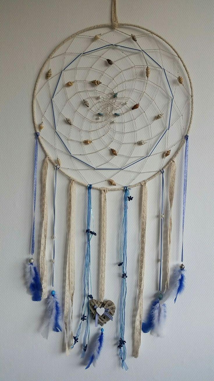Een mooie exclusieve blauw en creme kleurige dromenvanger.Doorsnede ring 57 cm.