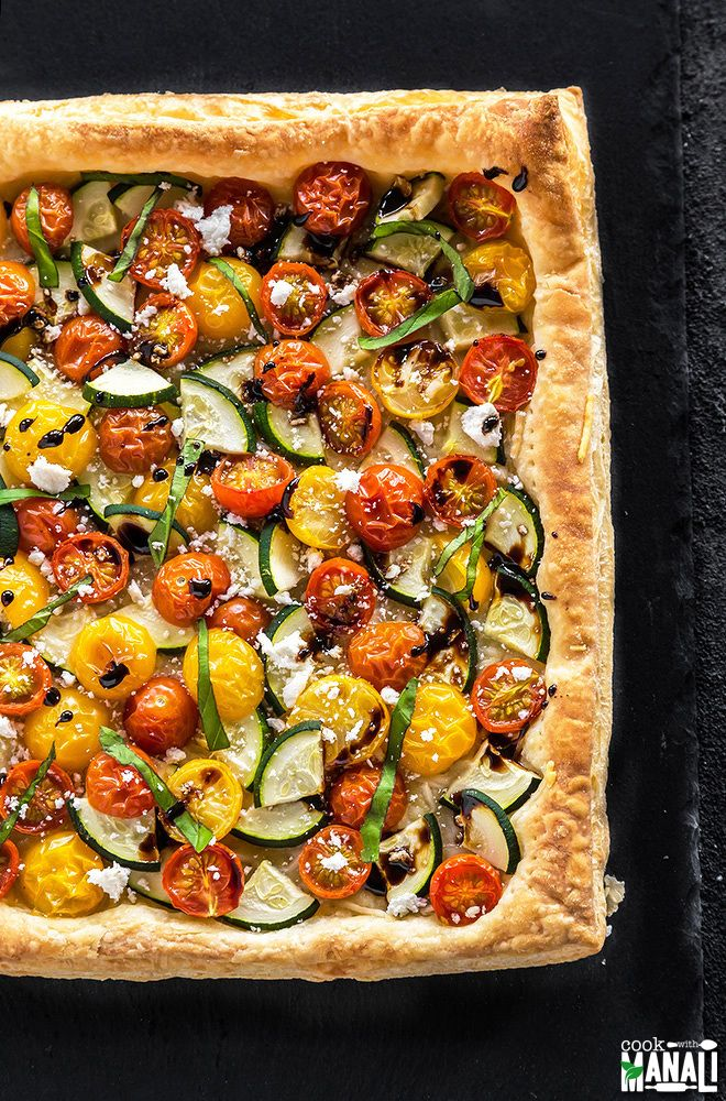Easy springtime Zucchini Tomato Tart with Balsamic Glaze. The perfect appetizer to serve at your spring parties! Find the recipe on www.cookwithmanali.com