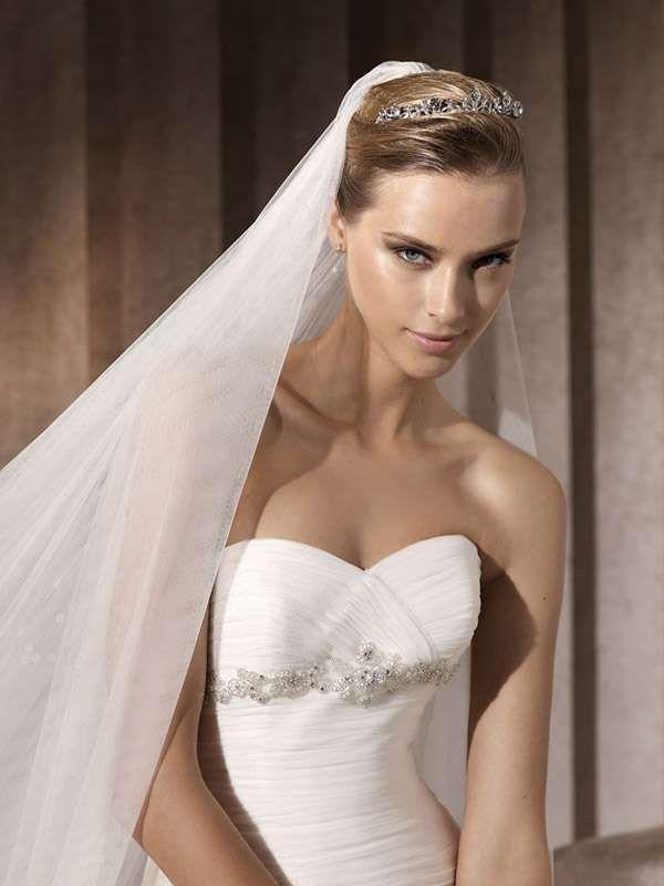 Idee acconciature da sposa con la tiara - Acconciatura con diadema e velo