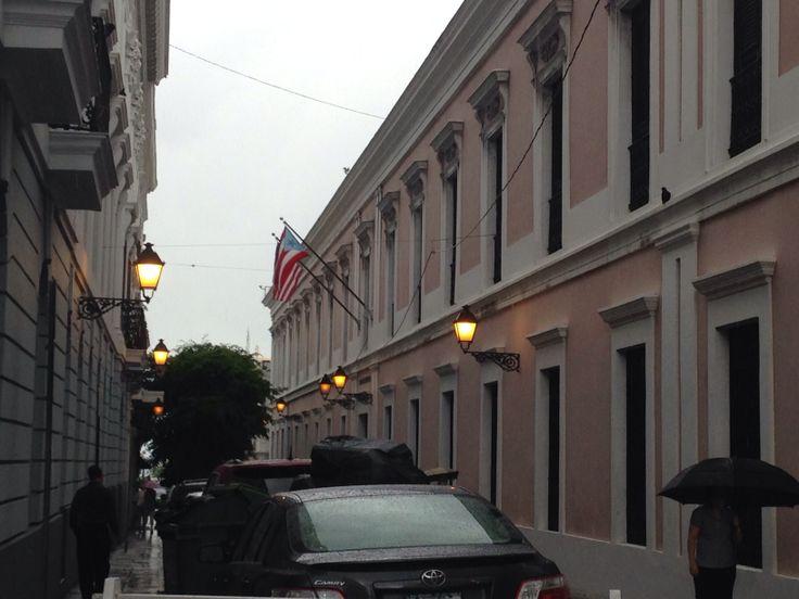 Oficina de servicio al ciudadano del departamento de estado 8/4/14 2:59pm me parece curioso el hecho de utilizaran un edificio aparte para servicio al ciudadano ademas las banderas de este estaban  bien acomodadas.