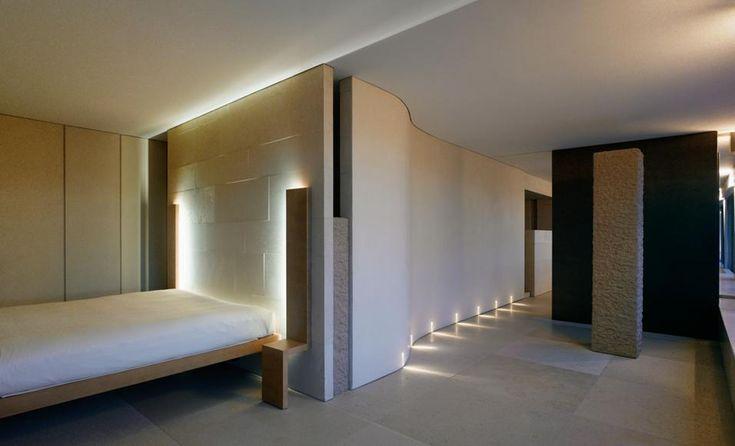 PARIGILa zona letto che continua dalla dressing room maschile. Dietro il letto e la parete curva si trova il bagno della padrona di casa. La...
