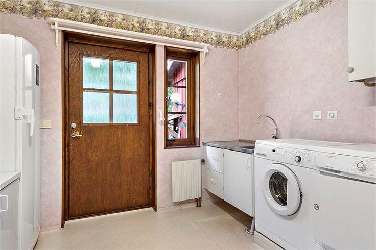 Groventré/tvättstuga En rymlig tvättstuga , renoverades 2003, där finns tvättmaskin från 2009 och torktumlare från 2011,samt ventilationen som sitter på väggen. En arbetsbänk som har bra belysning, och en garderob.Ett frysskåp. Finns även en toalett. Golv och väggar har plastmatta.