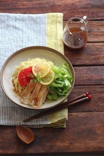 夏が来れば食べたくなるのが冷やし中華。こちらは、タレをお酢の代わりにレモン汁で作るレシピです。よりさわやかな味わいを楽しめます。お好みですりおろした生姜を加えても◎。