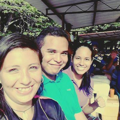 en el estadio viendo el partido de softbol #gicemir #guiamir