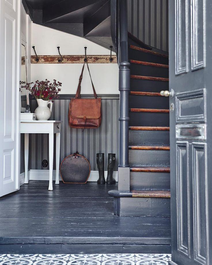 Ljusa färger är inte enda alternativet i ett mörkt och trångt utrymme. Den här hallen och trappan med mörkgrått randig tapet som bröstpanel - I . #inredning #inspiration #skönahem Foto @clivetompsettphoto Styling @helenastrauss @mariedelice by skonahem