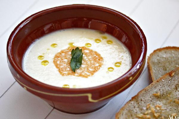 Jordskokksuppe er herlig hvit og kremete, fløyelsmyk og mild. Perfekt som forrett eller middag på kjøttfrie mandager. Server med sprøstekte parmesanchips.