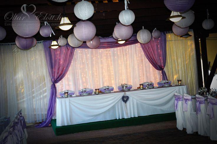 Levendula lila esküvő, kézzel készített asztalszoknya, fényfüzéres háttérrel