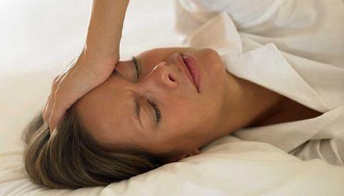 Eines der unangenehmsten Symptome in der Menopause sind Wallungen und Schweißausbrüche, die vor allem in der Nacht auftreten oder auch bei den täglichen Aktivitäten. Hier handelt es sich um ein häufig auftretendes Problem in den Wechseljahren, das durch Hormonveränderungen verursacht wird. Jede Frau verspürt in der Menopause unterschiedliche Symptome, manche leiden stark an Schweißausbrüchen und Hitzewallungen, andere überhaupt nicht.