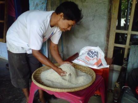 Warga Desa Tambun Keluhkan Beras Raskin Tak Layak Komsumsi