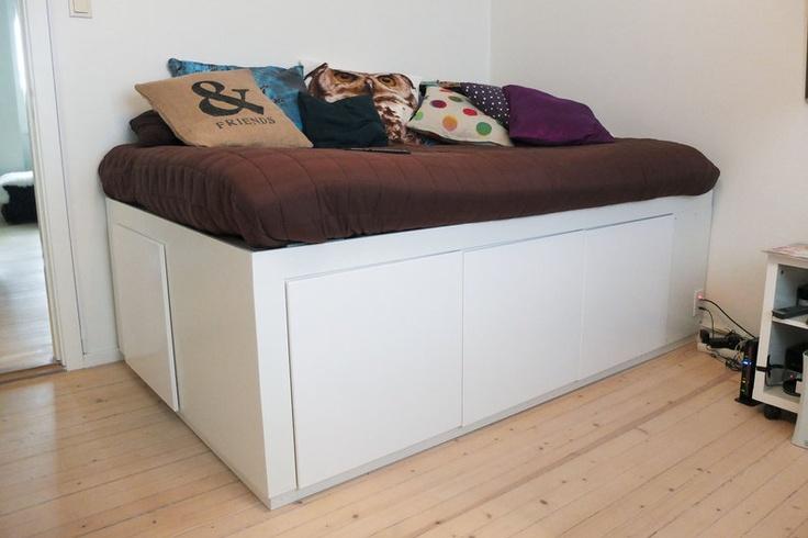 Den ser kanskje ikke så stor ut, men denne sengen rommer to par ski og staver, en støvsuger, et par bagger - og mye sengetøy og håndklær. (Foto: Per Ervland)