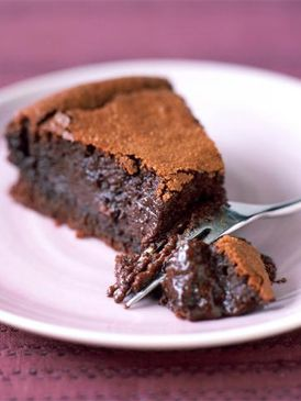 Recette FONDANT EXPRESSO : Faire fondre 250 g de chocolat à 70 % de cacao avec 250 g de beurre. Battre 5 œufs avec 180 g de sucre, ajouter le chocolat puis 150 g de farine tamisée avec 20 g de cacao en poudre et une cuillerée à café de levure chimique. Cuire quelques minutes à 180 °C dans ...