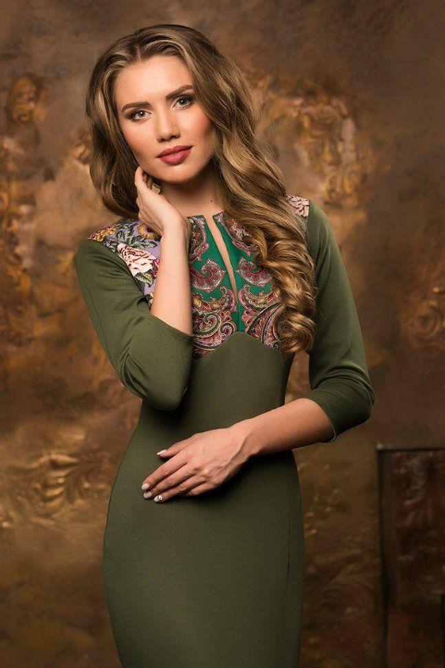 Короткое оливковое платье футляр в стиле А-ЛЯ РУСС