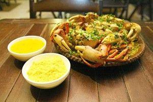 Caranguejo - crustáceo cozido e servido com refogado a base de leite de coco, farofa para acompanhar.