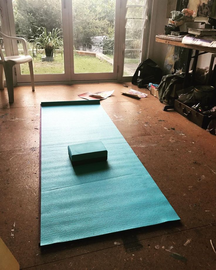 A bit of my morning routine in the studio. You'd be surprised how much your physical flexibility influences the openness of your creativity. . . #morningmotivation #morningroutine #studioflow #mentalflexibility #openmind #creativehappylife #creativesoul #creativepreneur #creativitycoach #artcoach #felicityoconnorartist #behindthescenes #iamanartist #iamanartactivator