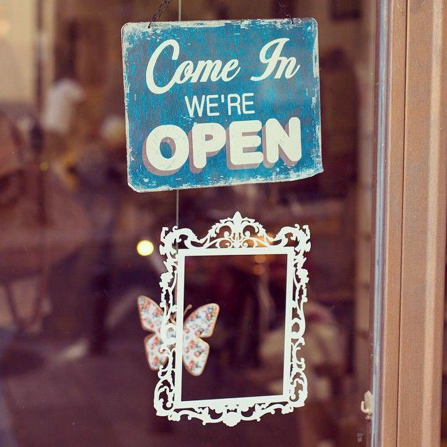 Bonito cartel de abierto/cerrado #carteles #tiendas #tiendasbonitas #tiendasconencanto #comercio #open #comein #reail #pequeñocomercio