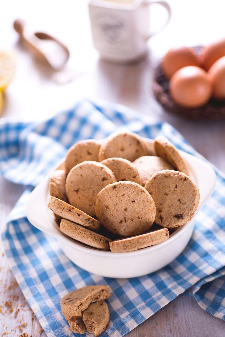 I #biscotti integrali (wholemeal #cookies ) sono dei fragranti dolcetti rustici, realizzati con farina integrale e zucchero muscovado, adatti per la #colazione o il #tè! #Giallozafferano #recipe #ricetta #biscuits #breakfast #teatime