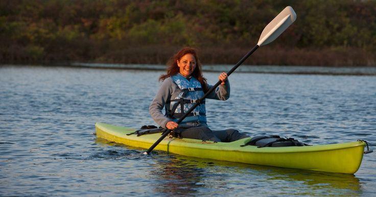 Cómo hacer un kayak de PVC. Con cada mes que pasa, parece que brotan nuevas embarcaciones y proyectos de PVC. Un material utilizado originalmente para aplicaciones de plomería, el PVC aparece ahora en armas de esgrima, de malvavisco y en muchas otras partes. Con las piezas correctas, incluso se puede armar un kayak de PVC.