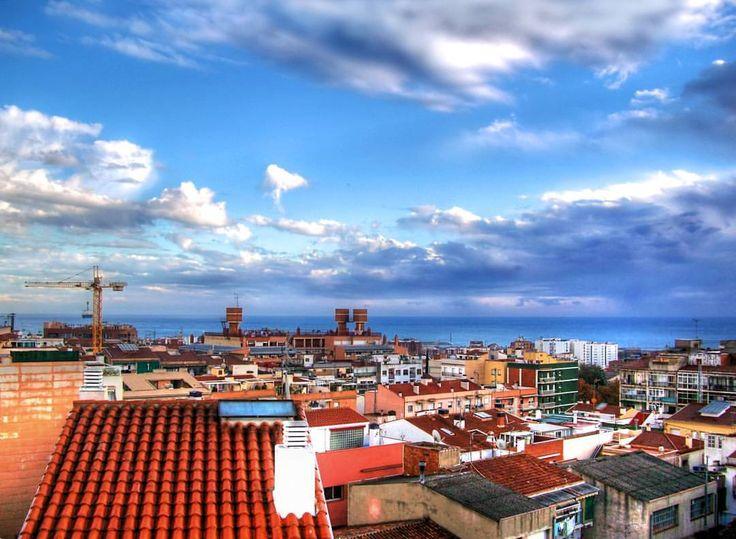 Veo tu casa desde mi balcón chimeneas y tu ropa al sol, aviones plateados rozando los tejados, vestido y en la cama vigilo tu ventana. El Último De La Fila -Aviones Plateados  (en Masnou)