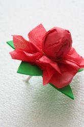 Piruleta envuelta en papel seda como flor  y terminada de decorar con hoja de fomi. #Manualidades