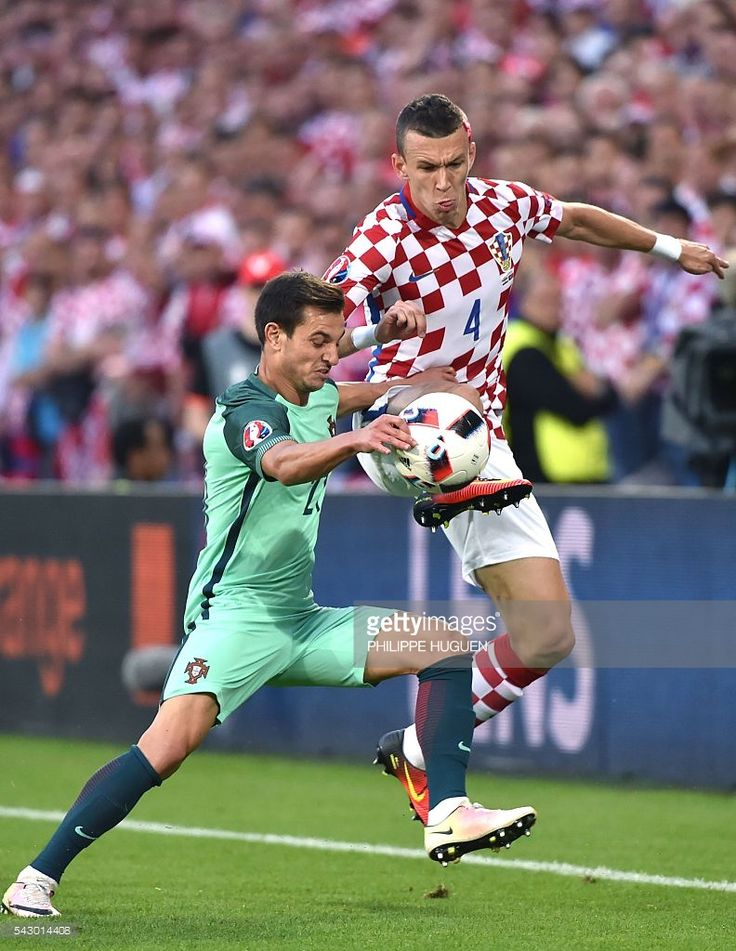 #EURO2016 Portugal's defender Cedric Soares (L) vies with Croatia's midfielder Ivan Perisic during the Euro 2016 round of sixteen football match Croatia vs Portugal, on June 25, 2016 at the Bollaert-Delelis stadium in Lens. / AFP / PHILIPPE