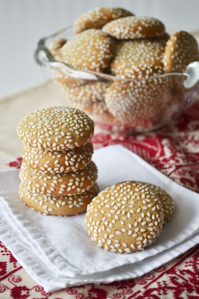 Με λίγα υλικά και λίγες κινήσεις φτιάξτε εύκολα αυτά τα μπισκοτάκια, που δεν έχουν καμία άλλη λιπαρή ουσία ή ζάχαρη, παρά μόνο ταχίνι και μέλι. Συνοδέψτε με αυτά τον καφέ σας ή πάρτε τα μαζί σας για ένα υγιεινό σνακ μέσα στην ημέρα σας. Τα υλικά είναι: 1 κούπα και 2 κουτ. σούπας αλεύρι για …