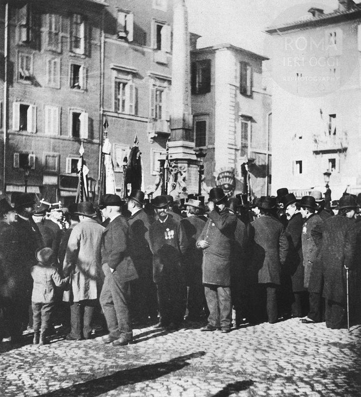 Foto del 1890 circa di un gruppo di reduci durante una commemorazione al Pantheon in Piazza della Rotonda. Questa piazza anticamente era adibita a mercato con moltissime bancarelle, principalmente di pesce che arrivavano fin sotto il tempio.