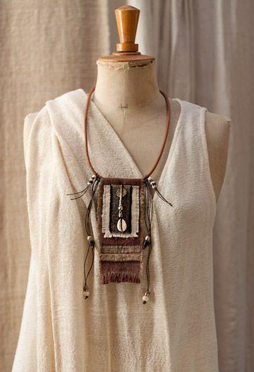 Bijou textile Réalisé dans du vieux lin provençal -:- AMALTHEE CREATIONS -:-