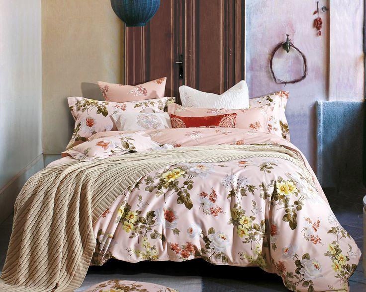 Het dekbedovertrek 'Florian' van Primaviera Deluxe is aan beide kanten bedrukt. Aan de ene kant van het dekbedovertrek is gekozen voor een lichte roze basis. Daarop zijn vele verschillende bloemen afgedrukt in wit, geel en rood. Ook de bijbehorende takjes met blaadjes ontbreken niet en zorgen zo voor een mooi, realistisch geheel.
