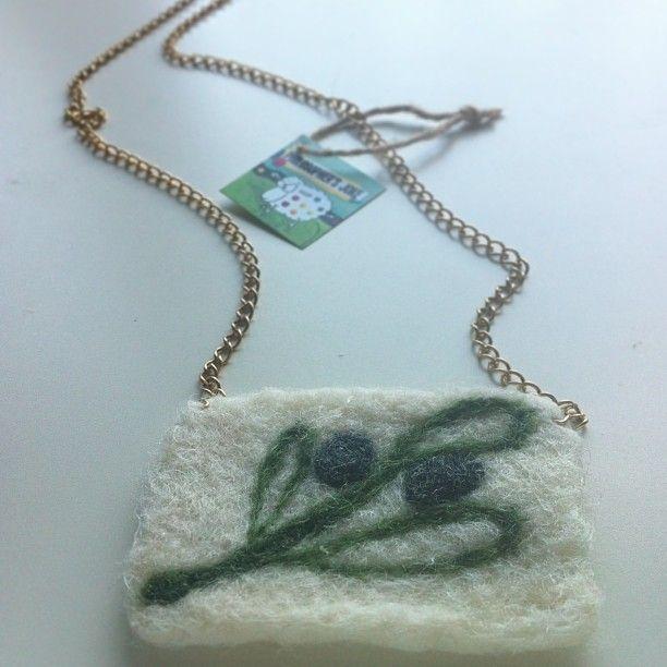 Chain necklace with felt olive motif.  Περιδέραιο με αλυσίδα και μάλλινο στοιχείο με απεικόνιση ελιάς.