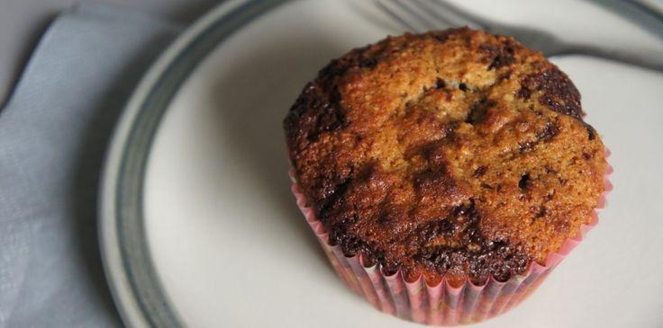 Lekkere muffins met een beetje chocolade, jam! Deze zijn vrij van geraffineerde suiker, zuivel en gluten. Ze bevatten wel natuurlijke suikers, zoals je zie