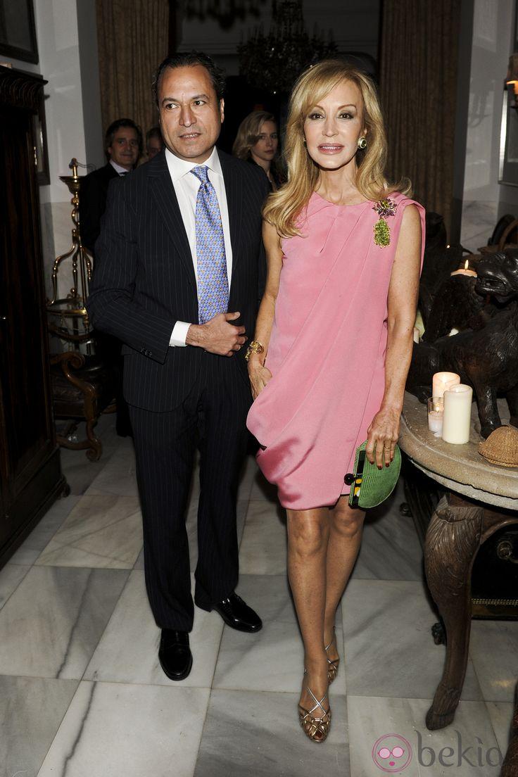 Carmen Lomana con su novio Ángel Casaña en la entrega del premio 'Maja de los Goya 2012'