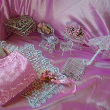 Романтичный кукольный комплектик«Розовые грёзы».В комплектик для малышули входит всё, что на фото (кроме розового фона).Длина колыбельки 16см, ширина 12см, длина