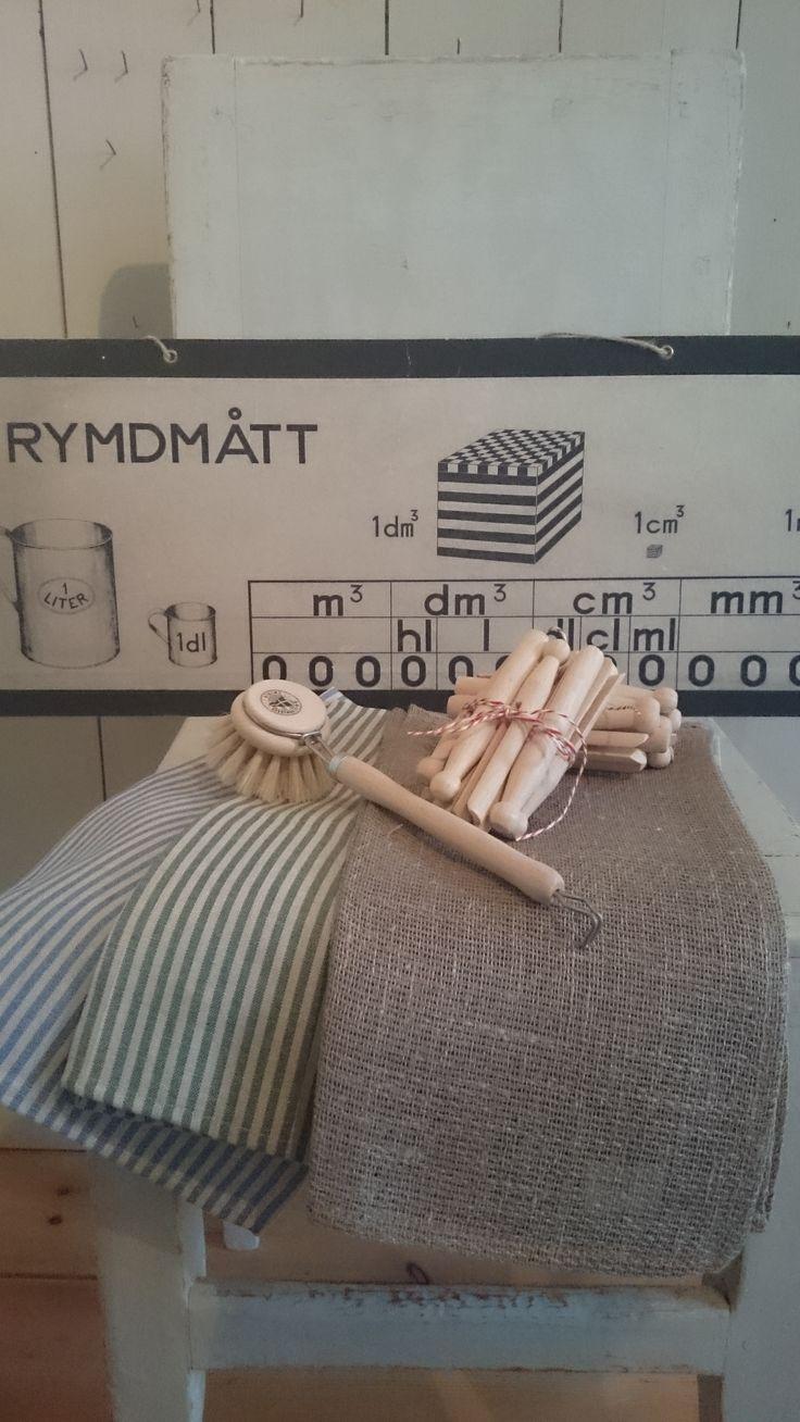 Handdukar i olika färger och material, klassiska skolplancher, klädnypor och diskborstar