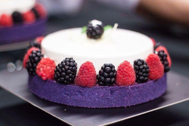 Today we have a flashback on time #blackberry #yogurt #tartalete in @cacmaricu course #sweetdreams#hansovandopastrychef#hansovando#pastryconsulting#pastrycourses#chefstalk#pastry #patisserie #pasteleria #altacuina#sweet#foodporn#like#love#spain#delicious #yummy#breakfast#instagood #instafood#picoftheday#dailypic#chocolate #barcelona #reposteria #TeacherPrize#TeachersMatter @jarpega @silikomartprofessional @dispan_bcn @mas_uniformes @ravifruit @teacherprize @revistadulcypas @utilcentre…