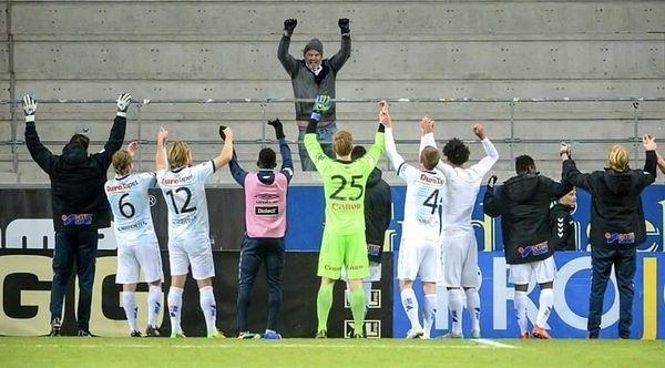 """Мы приехали, чтобы победить: футболисты шведского клуба """"Ефле"""" празднуют выездную победу с единственным приехавшим болельщиком"""