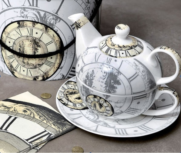 Romanov tea for one set. It is a steampunk teapot set, y'all. STEAMPUNK. TEAPOT.
