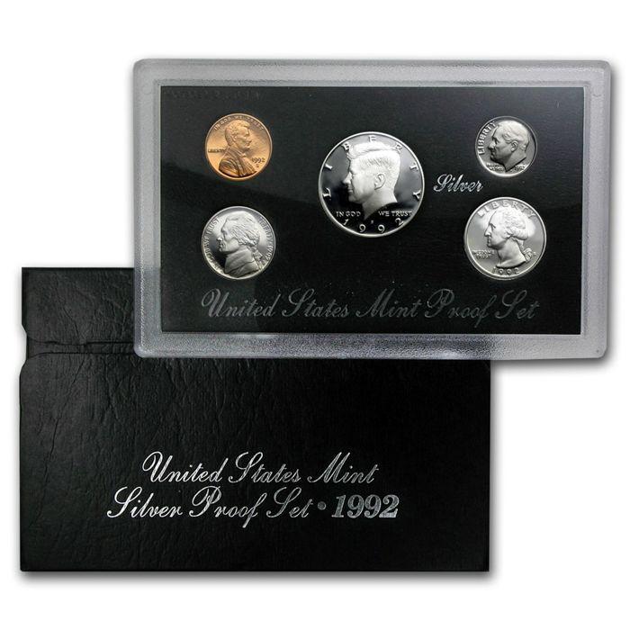 USA - Amerikaanse munt - 1992 - Silver - bewijs Set - zilveren munt Set: Kennedy halve Dollar - Roosevelt Dime - Lincoln Cent - Jefferson nikkel - 5 munten - zeldzaam  USA - Amerikaanse munt - 1992 - zilver proof set - munt set - 5 zilveren muntenMooie set - zelden meer gevonden. En met 0.6148 oz 999 silver!Bestaat uit: Kennedy halve dollar - Lincoln cent - Jefferson nikkel - Roosevelt dime- en Washington kwartaal. De vijf munten worden geleverd in een mooie robuuste doos met inbegrip van de…