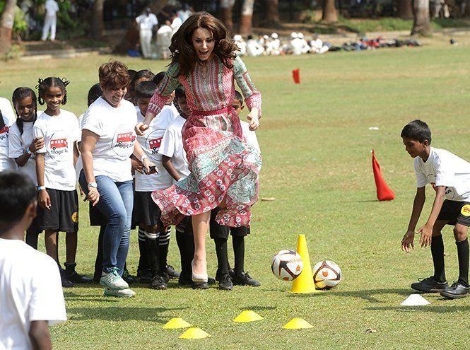 Королевский крикет: герцогиня Кембриджская сыграла в любимых туфлях на танкетке   Marie Claire