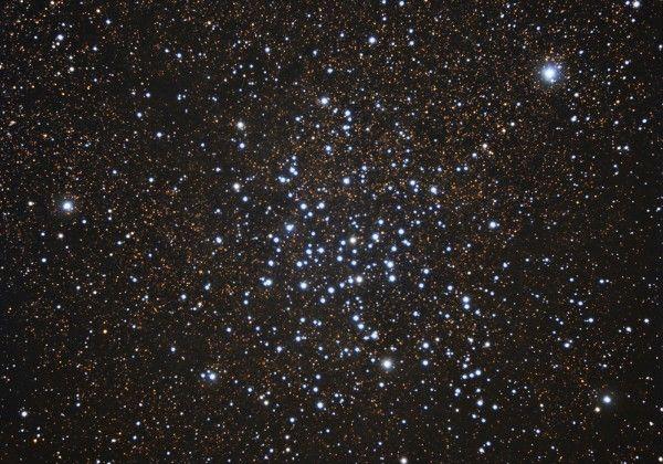 M23 (también conocido como NGC 6494) es un cúmulo abierto en la constelación de Sagitario cerca del límite con Ophiuchus, que puede apreciarse con prismáticos. Fue descubierto por Charles Messier el 20 de junio de 1764. M23 está a una distancia de unos 2.150 años luz desde la Tierray su radio es de alrededor de 15-20 años luz. Hay unos 150 miembros identificados en este cúmulo, siendo el más brillante de magnitud 9.2.