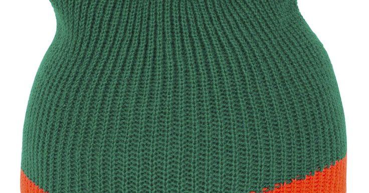 Cómo hacer un pompón para la parte superior de un gorro. Pon el toque final en un gorro tejido a mano de invierno con un pompón de lana. Los pompones le dan a los gorros tejidos un aspecto decorativo y son más fáciles de hacer de lo que parecen. Personaliza un gorro eligiendo lana en un tono complementario. Los gorros tejidos hechos en casa son considerados regalos de fiestas y de cumpleaños para ...
